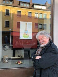 Gilbert Baier vor seinen Karikaturen
